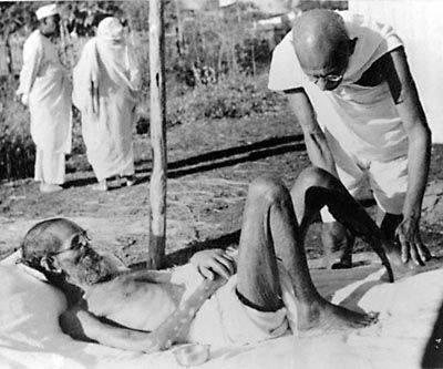 Gandhi practica el masaje a un enfermo de Lepra en la India en 1940